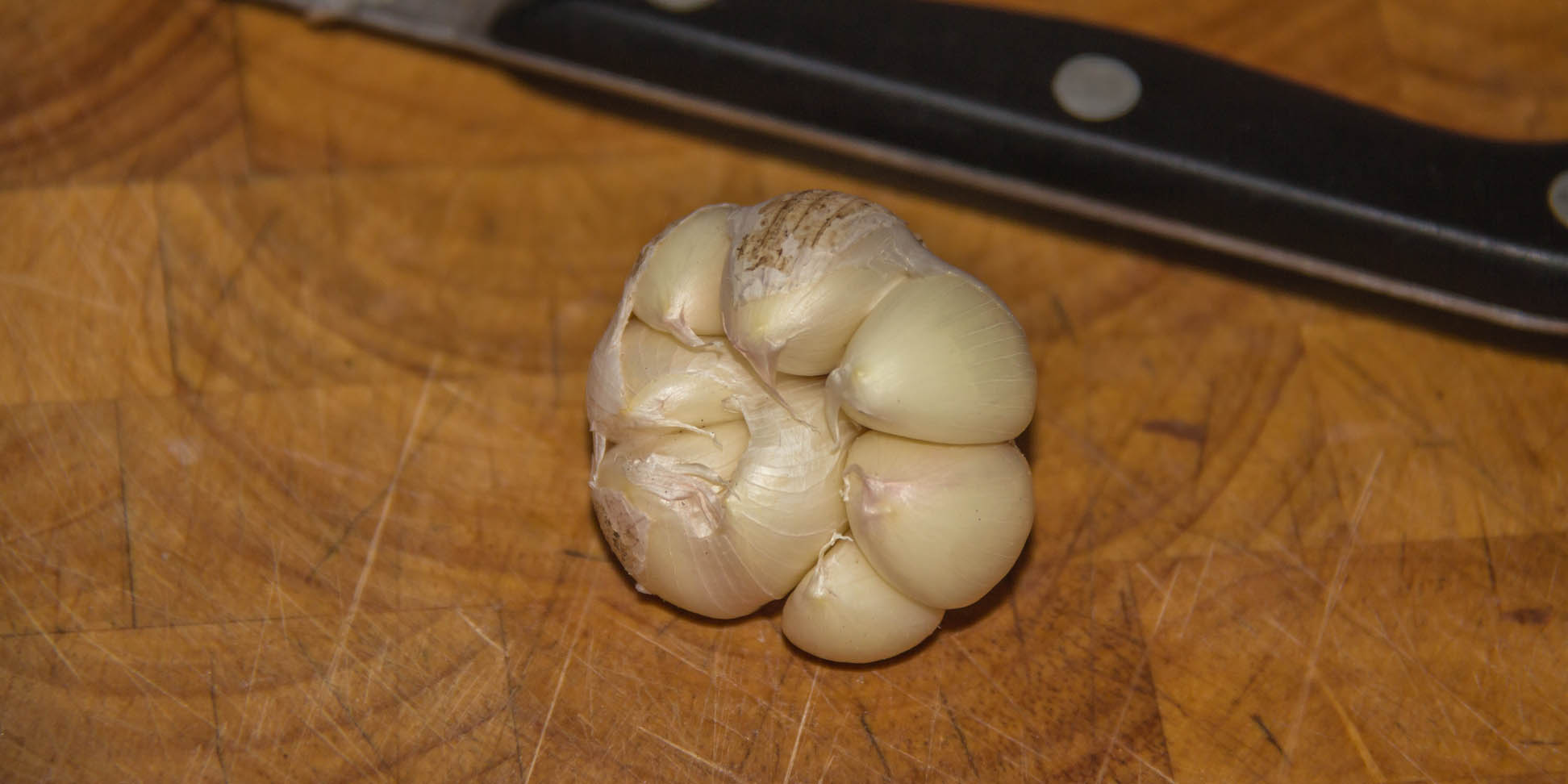 Opened cloves of garlic on chopping board